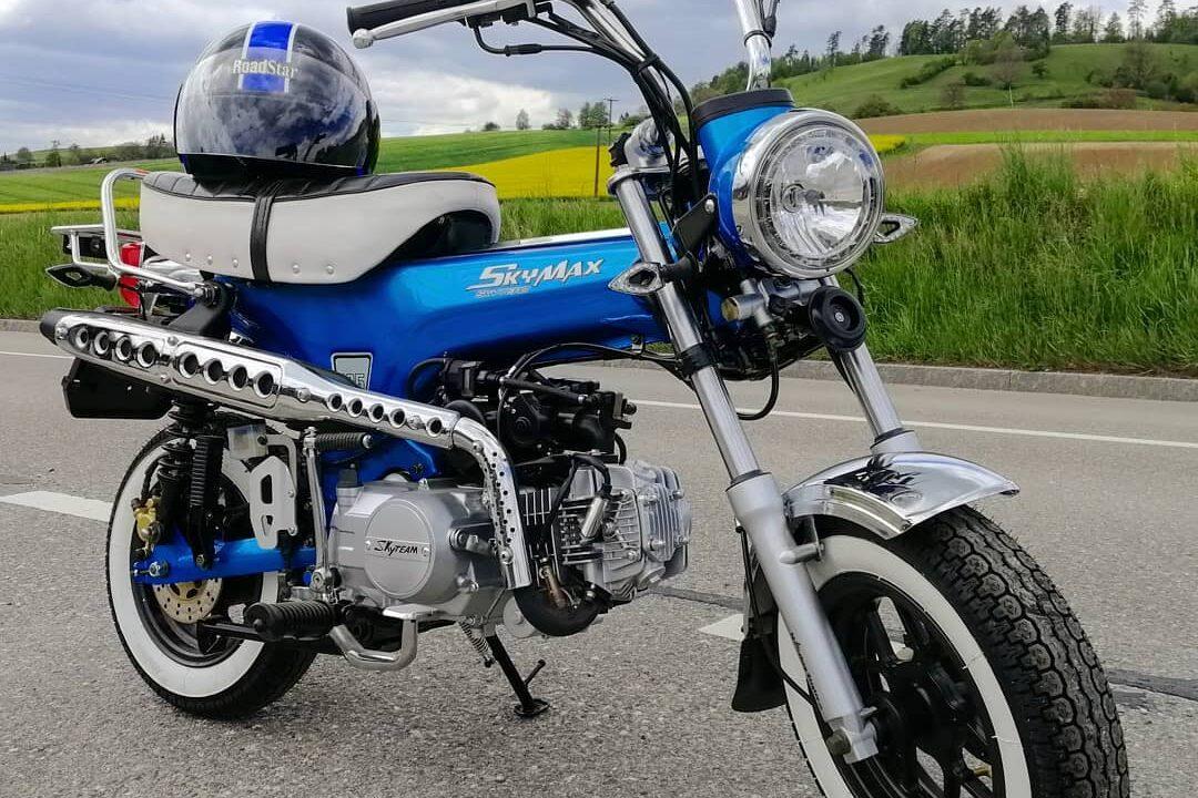 05_Skyteam Skymax Blau & Chrom mit Weisswandreifen und Customsattel